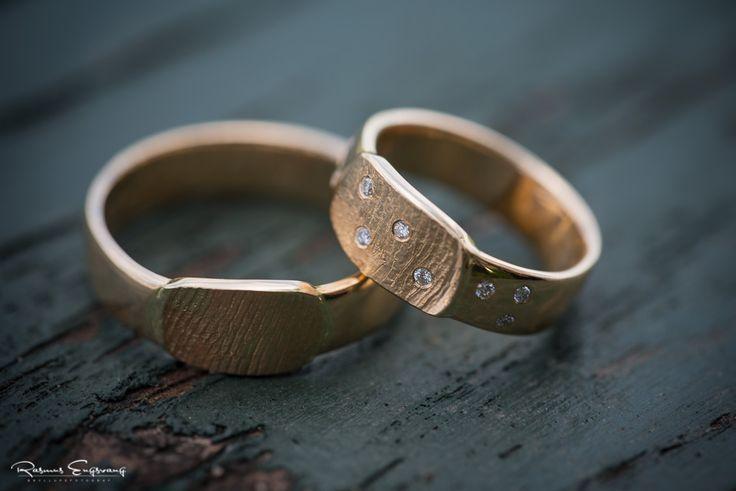 I disse vielsesringe har brudeparret fået lavet deres fingeraftryk i selve ringene.