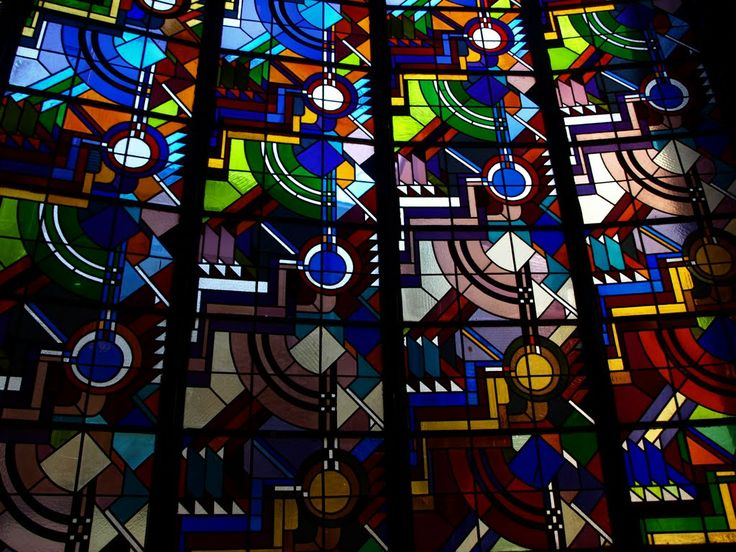 Glas-in-lood ramen in het trappenhuis van RO/EZ Groningen. Gebouw in de stijl van de Amsterdamse school van architect S.J. Bouma. Stained glass at monumental building, architect S.J. Bouma, 1928. RO/EZ Groningen, The Netherlands