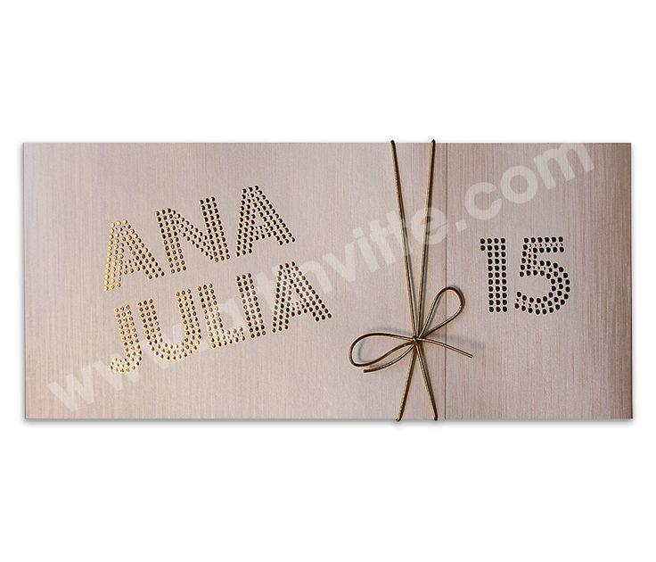 Lindo convite com aplicação de brilhos dourados no nome da debutante.