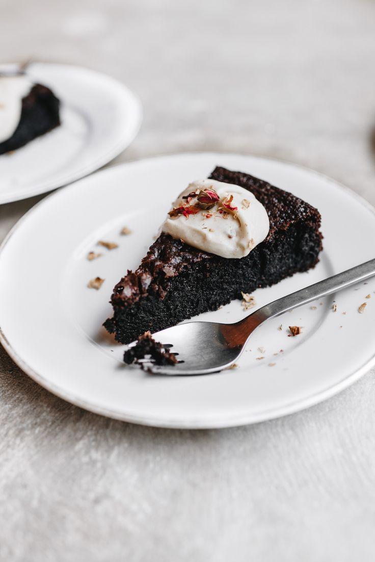 Mehllose Schokoladen-Olivenöl-Kuchen mit Zitrus-Kaffee-Creme