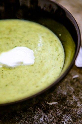 Es ist Herbst. Ganz offiziell. Dass Kürbis in allen Variationen, Feigen und rote Bete für mich zu den absoluten Grundnahrungsmitteln in der kälteren Jahreszeit gehören, ist ja schon lange kein Geheimnis mehr. Doch hin und wieder weiche ich von meinem Schema ab. Denn: Ich liebe Suppe. Cremesuppe um etwas genauer zu sein. Und wie könnte …
