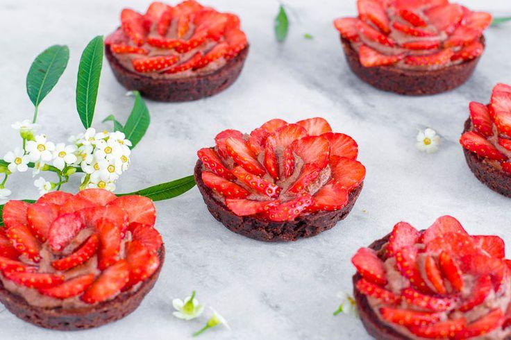 Chocolade tartelettes met aardbeienroosjes - Zoetrecepten