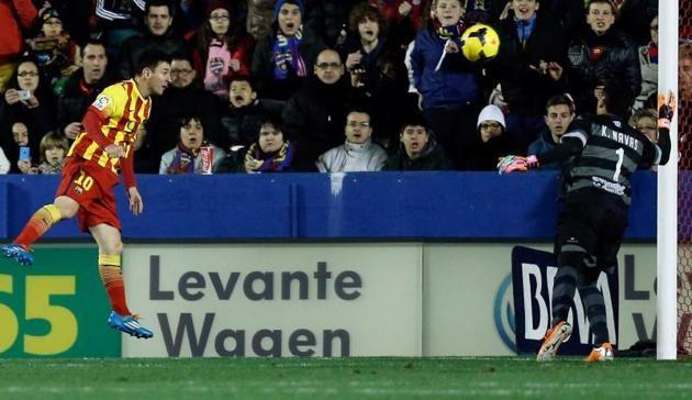 El delantero argentino del FC Barcelona Lionel Messi (i) remata de cabeza ante el portero costarricense del Levante Keylor Navas (d) ,durant...