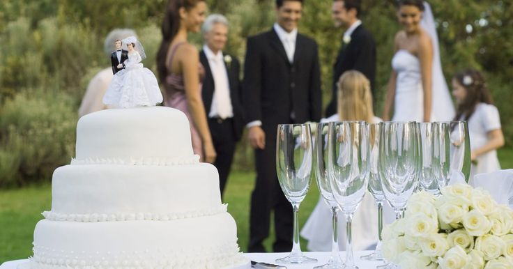 Cómo congelar una torta de bodas en un Tupperware. Es una tradición entre muchos recién casados guardar un pedazo de su pastel de bodas, ya sea para la posteridad o para congelarlo y comerlo de nuevo en el primer aniversario. Con el fin de asegurarte de que la torta de la boda todavía tenga buen sabor, un año después de tu boda, la deberás congelar correctamente. A continuación se presentan los ...