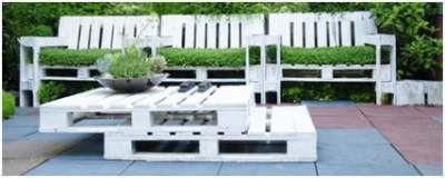 Wit geschilderde tuinset, zelfgemaate tuinstoelen met bankje en tafel van gerecyclede pallets.