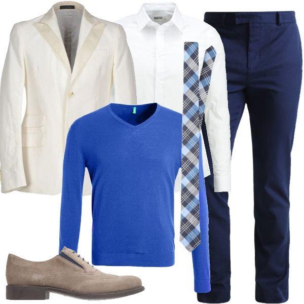 Il classico pantalone blu è abbinato alla giacca color panna monopetto con risvolto in contrasto. Sotto, un maglione con scollo a V blu royal e la camicia bianca elegante, con colletto all'italiana con punte piuttosto lunghe, perfetta per indossare la cravatta a scacchi, che riprende i colori del look. Per finire, le scarpe stringate scamosciate.