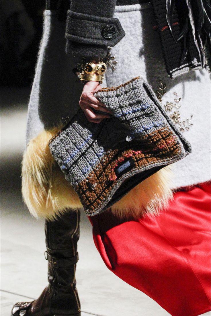 Guarda la sfilata di moda Prada a Milano e scopri la collezione di abiti e accessori per la stagione Collezioni Autunno Inverno 2017-18.