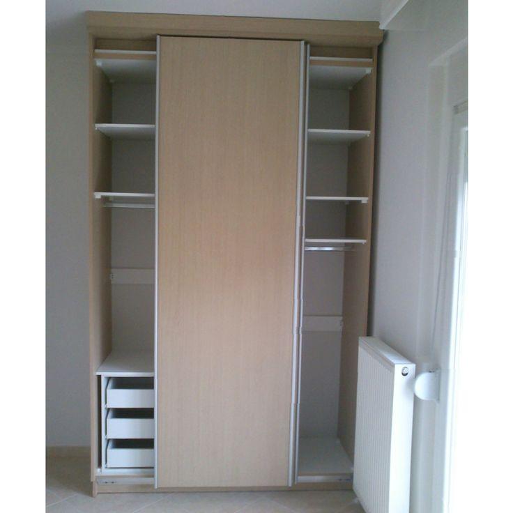 Ντουλάπα με συρόμενες πόρτες, συρτάρια, ράφια και ράγες ρούχων.