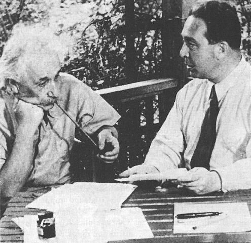 Einstein y Slizard escribiendo la carta para Roosvelt donde dice poderse controlar la reacción nuclear en cadena, y la posibilidad de que los alemanes esté construyendo la bomba.