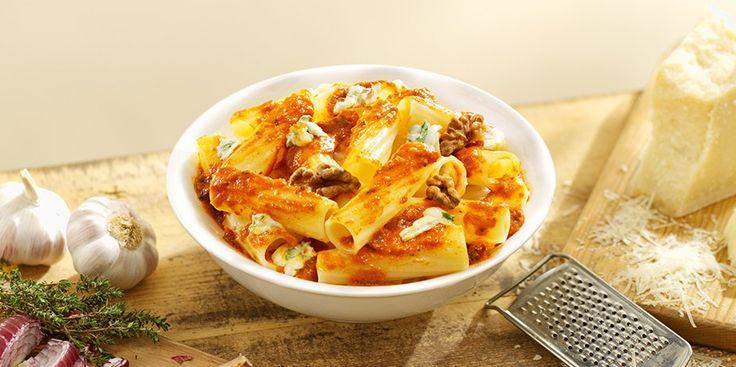 2potjes Grand'Italia 4 Formaggi 400gram Grand'Italia Rigatoni 150gram gorgonzola, in stukjes 40gram fijngehakte walnoten 1handvol blaadjes verse salie 100gram Parmezaanse kaas, geraspt