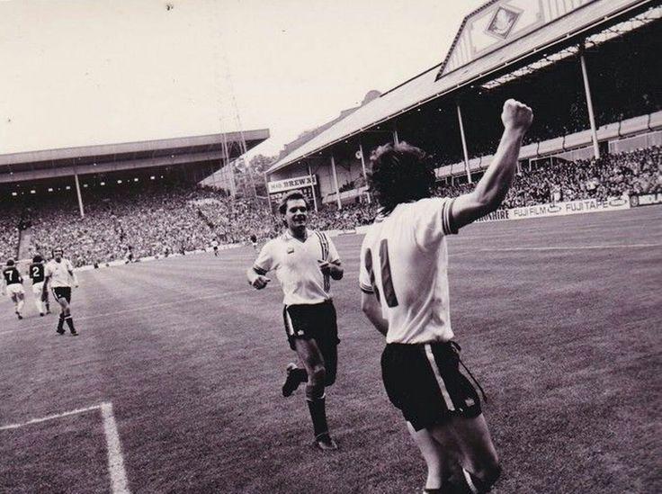 Aston Villa 0 Man Utd 3 in Sept 1979. Ray Wilkins runs to Mickey Thomas who has just scored #Div1