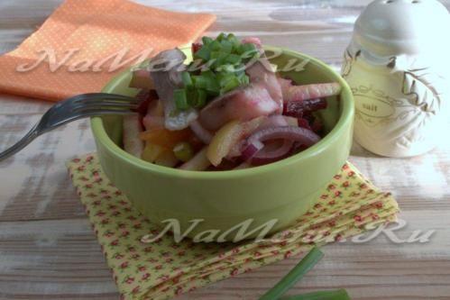 Немецкий селедочный салат со свеклой и яблоком