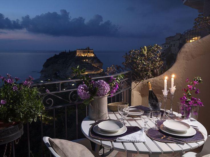 Cenetta romantica in terrazza in questa casa vacanza a Tropea