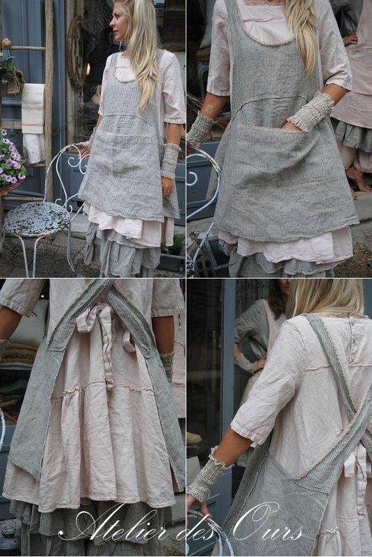 MLLE JOSETTE : Tablier rayé croisé dans le dos, jupon rayé 3 volants en lin, robe en lin rose boutonnée dans
