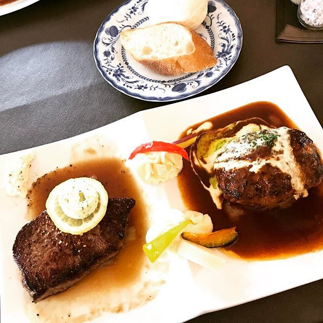 那須で大人気ペニーレインでランチ😊 ベーカリーがメインですが、レストランも美味しいです。 今日はハンバーグとステーキのセットにしました。 2つとも単品のものと同じサイズだと思うのでボリューム満点です😙もちろん味も◎ これで2300円はすごいお得ですね✨ 店内はビートルズのアイテムで埋め尽くされています🍏 . . . #ペニーレイン #那須 #ランチ #お昼ごはん  #レストラン #パン屋 #人気店  #ハンバーグ #ステーキ #肉 #パン #ビートルズ #pennylane  #lunch  #yammy #food #foodie  #instafood  #nasu #beatles