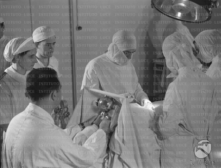 Chirurghi e paramedici del Corpo di Sanità Militare eseguono un'operazione a bordo di una nave ospedale  RG/RG099/RG00003669.JPG