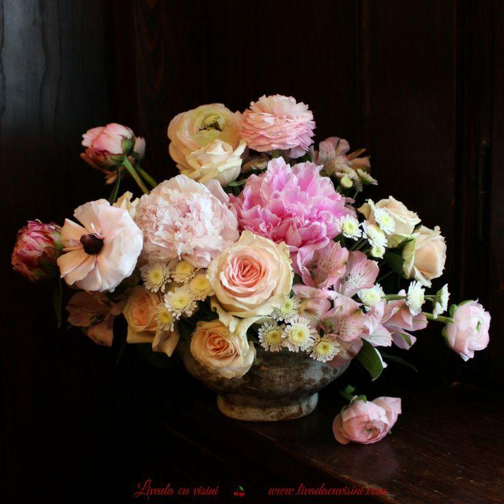 #aranjament #masa #floral #table #arrangement #wedding #event  #centerpiece #madewithjoy #livadacuvisini #floraldesidn #paulamoldovan #flowers #events #bucharest #flori #bucuresti #nunta #botez #evenimente #porcelain #pink #vintage #shabbychic #romantic #peonies #peony #bujori #ranunculus #anemone #trandafiri