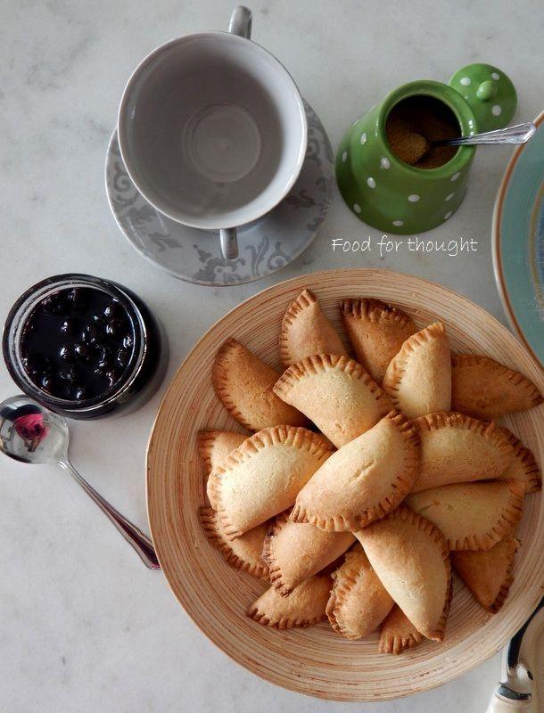 Κάλεσμα για απογευματινό καφέ με γλυκό βύσσινο και τυροπιτάκια κουρού.  Οι συνταγή στο Food for Thought.  http://laxtaristessyntages.blogspot.gr/