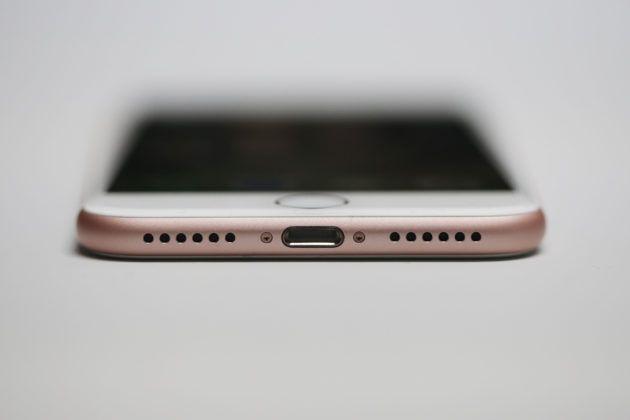 Samsung Galaxy S8 : le sens de l'histoire, ce n'est pas la connectique Lightning mais l'USB-C - http://www.frandroid.com/marques/samsung/396006_samsung-galaxy-s8-le-sens-de-lhistoire-ce-nest-pas-la-connectique-lightning-mais-lusb-c  #Apple, #Audio, #Samsung