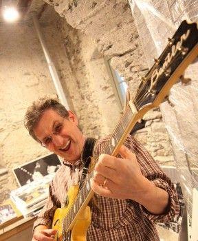 Paolo Redaelli, autore di Scossa Elettrica, in una posa molto #rock