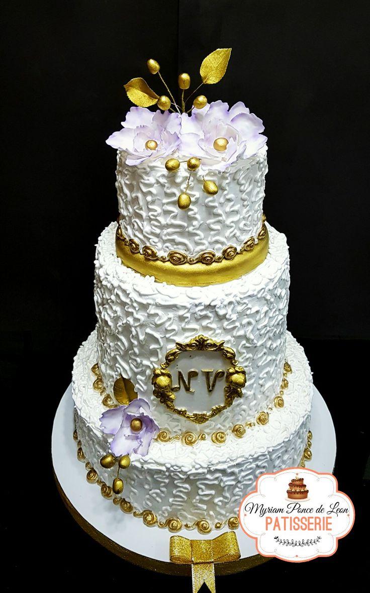Torta de bodas, decorada con merengue italiano punto perdido, bordes dorados terminado con delicado bouquet de flores lilas de azúcar y hojas en oro