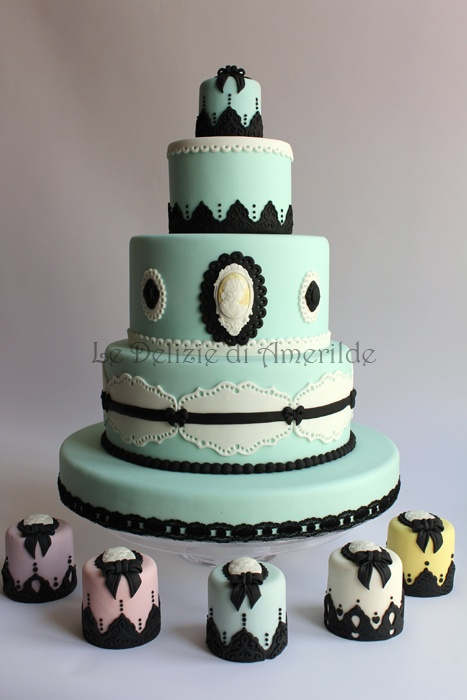 Le Delizie di Amerilde. Cameos and laces. Elegant couture cake from www.ledeliziediamerilde.it