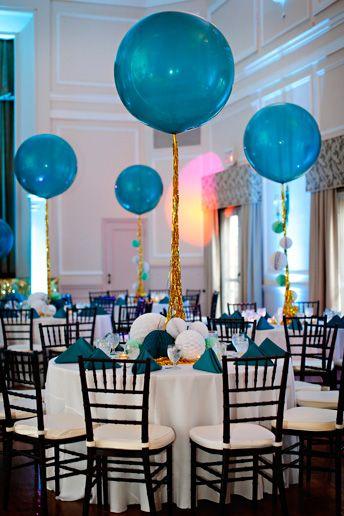 Decoración de fiesta: globos gigantes, serpentinas doradas y manteles blillantes   -   Party Decorations: Giant balloons, gold streamers and glitter tablescapes