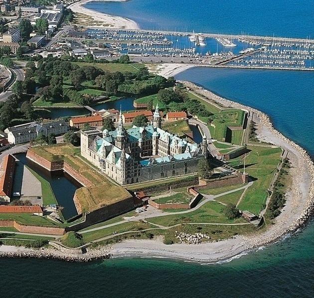 Кронборг окружён рвом, заполненным водой. Своё нынешнее название Кронборг получил в 1585 г., когда король Фредерик II перестроил замок, сделав его одним из наиболее величественных европейских замков эпохи Возрождения.