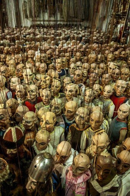 """Un teatro fatto di legno, colla (parola-chiave, """"colla"""", che qui è anche un cognome-marchio) e stoffa, fatto di storicissime marionette di una delle più illustri e rappresentative famiglie di manovratori che è, appunto, la stirpe dei Colla. Attiva in Italia, con radi"""