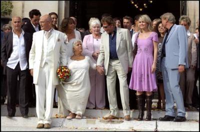Au début de la cérémonie de mariage de Mimie Mathy et Benoist Gérard le 27 août 2005, les invités ont reçu en cadeau ...