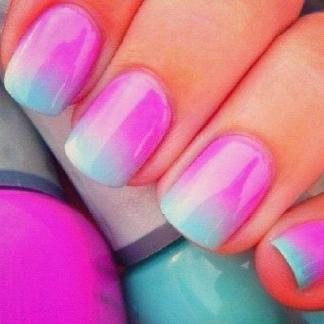Uñas degradadas violeta azul