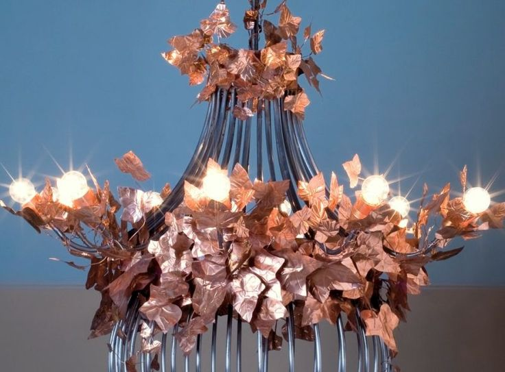 Chandelier Cuprum. Made by hand, it has a frame in tubular of iron, with applied ivy leaves in copper cooked (carbora). Light unit: 10 40-watt bulbs.