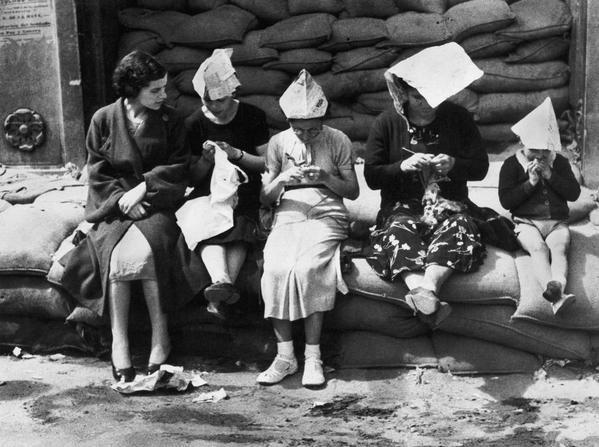Pasando el día en Bilbao al lado de un refugio antiaéreo, mayo de 1937. Robert Capa