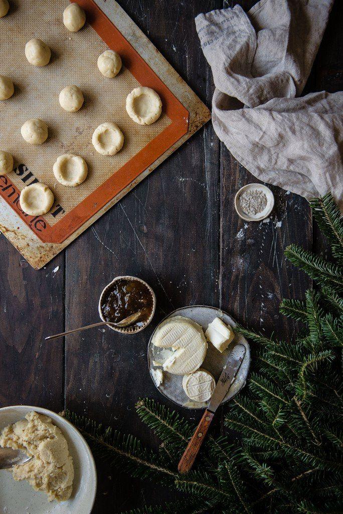 общая концепция: несладкое песочное печенье (мб с розмарином или тимьяном), придать форму как на картинке, в середину уложить сыр (мб с плесенью) и подходящий ждем (мб инжирный)