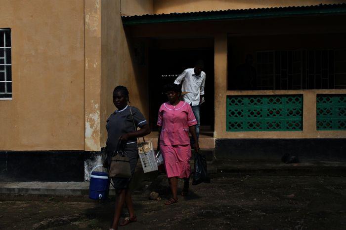 W specjalnych, bezpiecznych pojemnikach szczepionki wyruszają do odległych wiosek w Sierra Leone. Taka przenośna lodówka kosztuje zaledwie 68,75 złotych. www.unicef.pl/pomagam © UNICEF/Z.Dulska