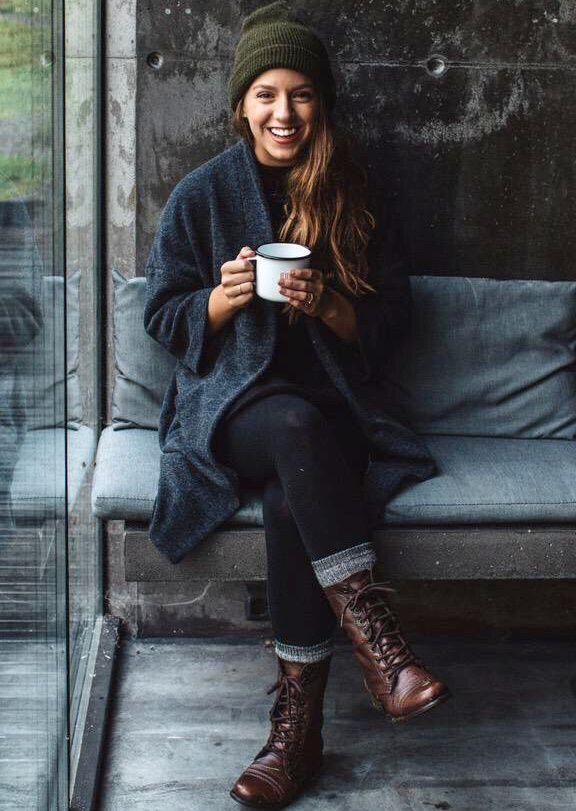 tenue décontractée pour l'automne: leggings, gilet maille ample anthracite…