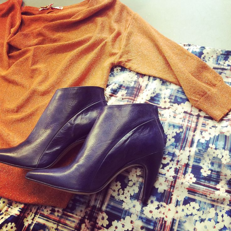 Flowerprint combined with orange lurex sweater and purple ankle boots @HIPPO! Royale - Noë - Lucy has a Secret!