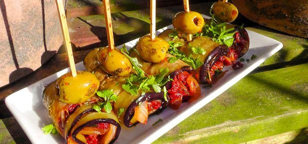 """Ein herzhafter Snack für euer Buffet oder das nächste Picknick. Der """"Bio-Koch"""" füllt seine Auberginen im Video mit getrockneten Tomaten und Kräutern."""