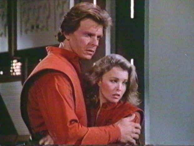 V - Donovan (Marc Singer) and Juliet (Faye Grant) aboard one of the Visitor ships.