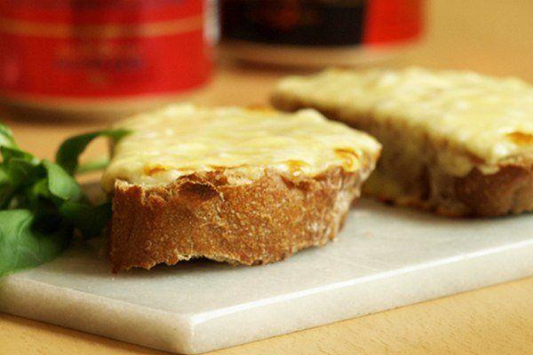 Запеченные бутерброды с сыром и чесноком