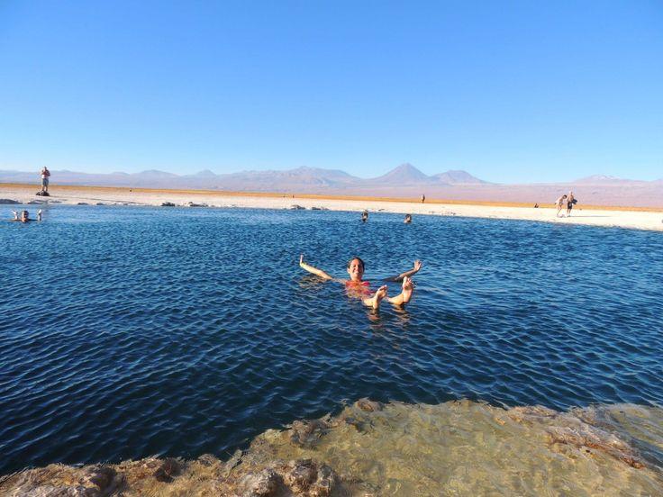 Flotando en la Laguna Piedra, en medio del Salar de Atacama