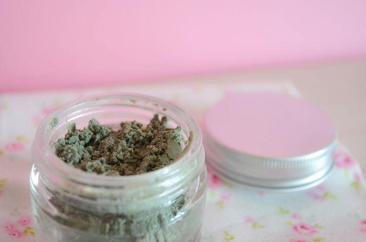 dentifrice: Ingredients 2 cs d'huile de coco 2 cs d'argile verte ou blanche ultra ventilée (environ) 3 gouttes d'huile essentielle de menthe poivrée 1 goutte d'huile essentielle de tea tree