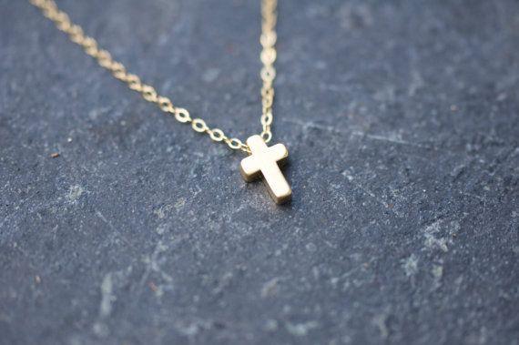 Collana di fascino croce oro opaco sulla catena di LoveJewelryByJ