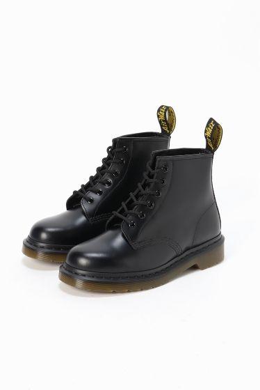 Dr.Martens  6EYELETBOOT  Dr.Martens  6EYELETBOOT 23760 程よい丈感が合わせやすくどんなスタイリングにもマッチするショートブーツです デニムやワンピースで合わせてデイリーユースにおすすめです Dr.Martens / ドクターマーチン クラウスマーチンズ博士によって開発されたラバーソールの靴から始まったブランド 独自のソールによる機能性とあらゆるファッションに合うコーディネイトできるデザイン性のフットウエアでカルチャーとファッションをリードし続けています 箱記載サイズと商品タグに相違がございますご了承ください日本サイズはサイズチャートをご確認ください