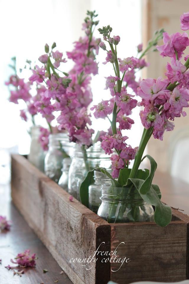 Stoere kist met vazen gevuld met zomer violieren.