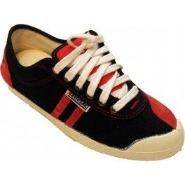 """Modelo """"retro flag"""" de Kawasaki en color negro con las líneas en color rojo, al igual que el refuerzo de la punta. En el talón de la zapatilla resalta la bandera Danesa"""