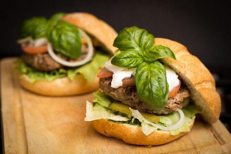 Milujete grilování? Vyzkoušejte osvědčený recept na hovězí hamburger a vychutnáte si dokonalé spojení hovězího masa a bylinek. I když je ve většině hamburgerů osvědčená kombinace omáček – majonéza, kečup a hořčice, my jsme se rozhodli recept odlišit a malinko osvěžit. Místo těchto omáček používáme domácí bazalkové pesto! Funguje to dokonale!