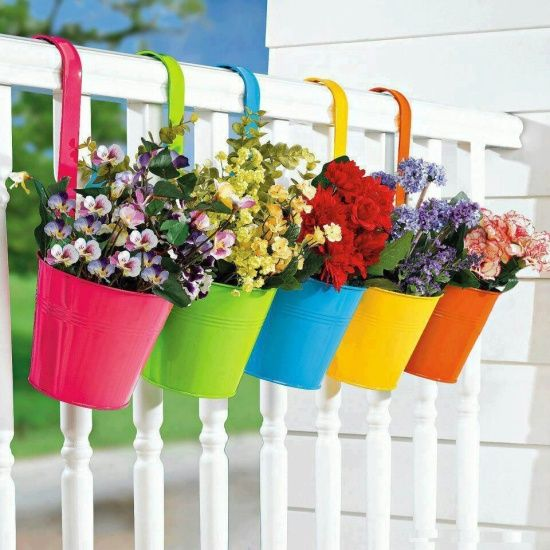 un modo allegro per mettere i fiori sul balcone