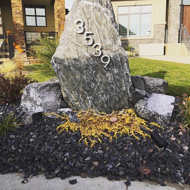 Glendale rundle Feature rock with newly placed house numbers. #kdmconstruction #hardscape #addressrock #hardscapebrotherhood #hardscape4life #naturalstone @kdmrocks  @theblackdirtcompany
