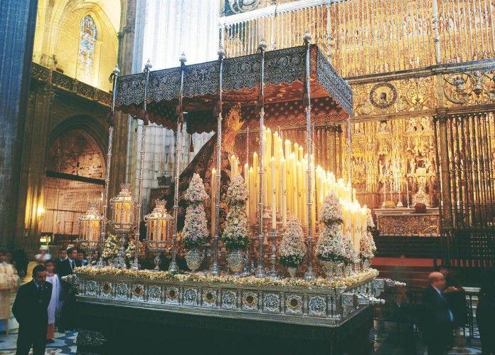 El dieciochesco palio de la Virgen del Valle discurre por delante del Retablo Mayor de la Catedral de Sevilla.